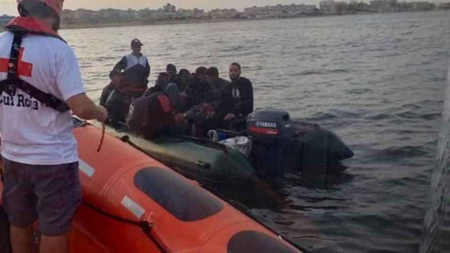 La Cruz Roja atiende a los inmigrantes llegados en patera a Torreviaja