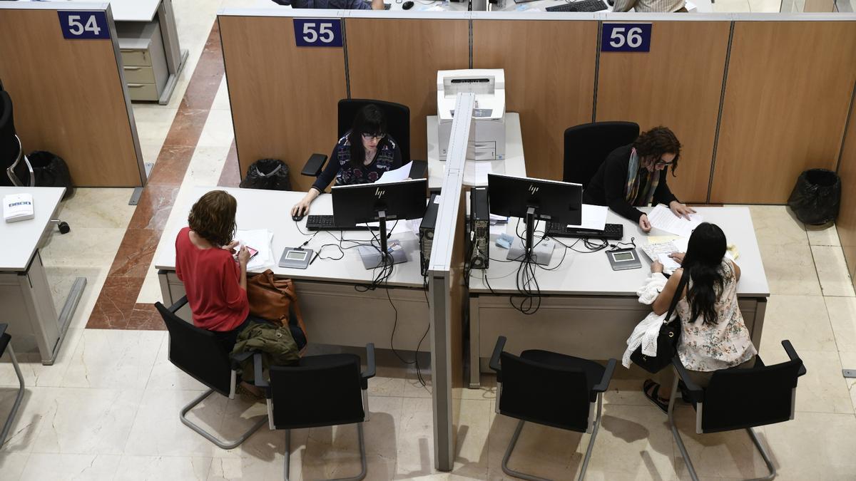 Dos funcionarias trabajan en la delegación Especial de la Agencia Tributaria (AEAT) en Madrid.