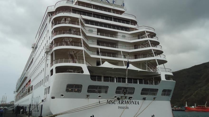 El buque MSC Armonia, este jueves, en el Puerto de Santa Cruz de La Palma.