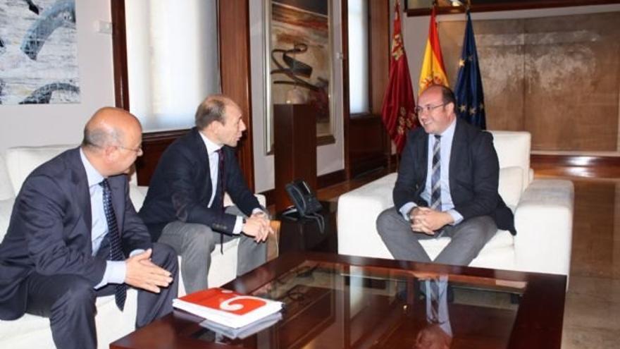 El profesor de Economía aplicada en la UMU durante su reunión con Pedro Antonio Sánchez