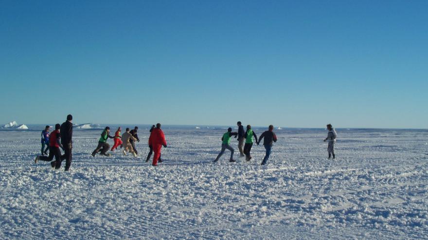 Noviembre de 2003. Científicos de la base alemana de Neumayer juegan a fútbol en la banquisa./Sergio Rossi