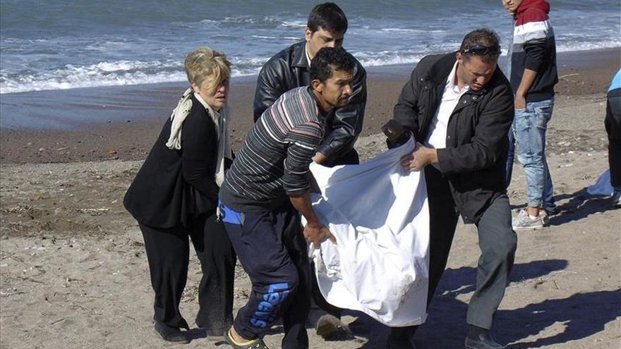 Mueren 14 refugiados al hundirse la barca en la que se dirigían a Grecia