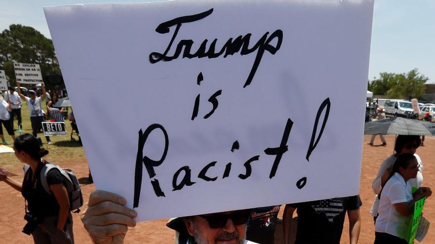 Manifestantes sostienen carteles contra la visita del presidente estadounidense Donald J. Trump después de la masacre del Walmart en El Paso, Texas