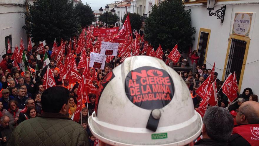 Concentración contra el cierre de la mina Aguablanca esta mañana en Monesterio