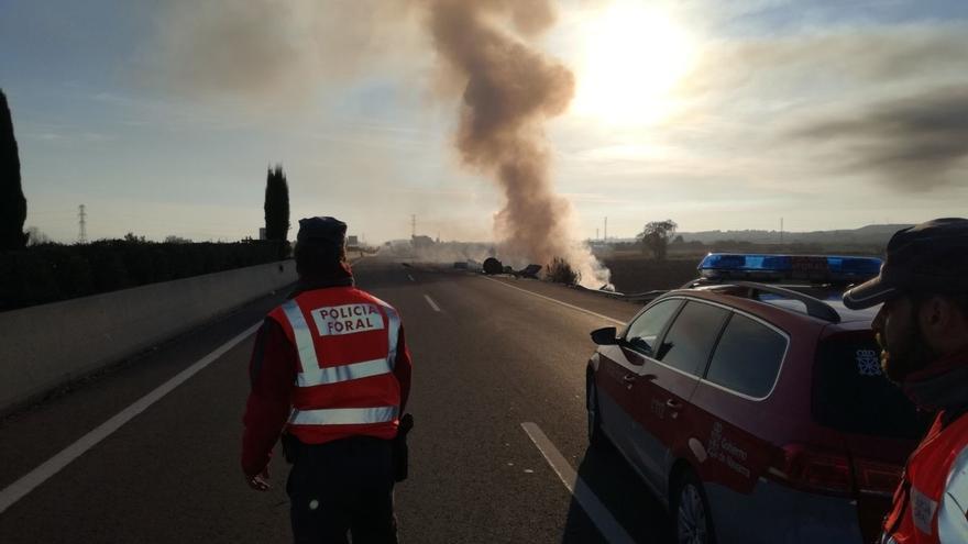 Cortada la A-68 en Tudela por un camión que se ha salido y se ha incendiado, sin heridos