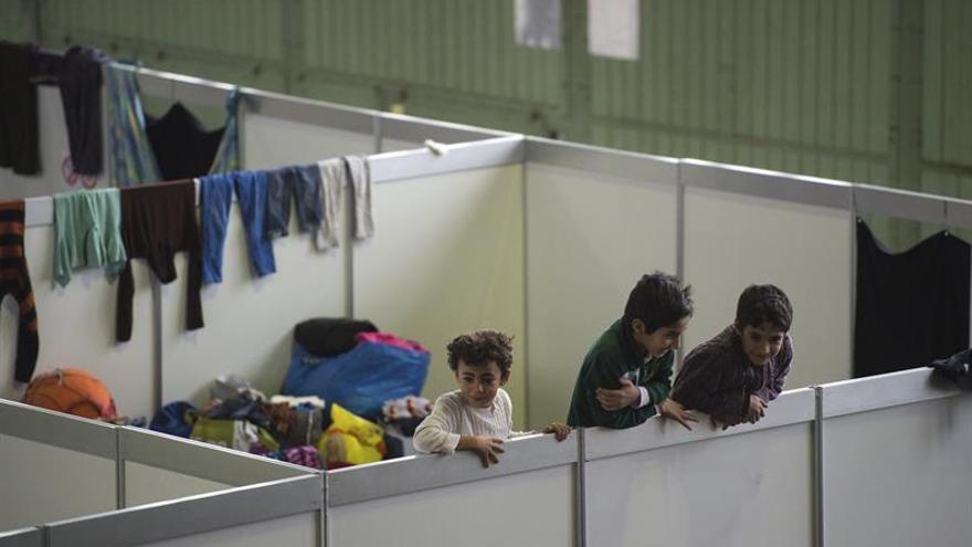 Un grupo de niños refugiados juega en una de las habitaciones de un albergue en Berlín.