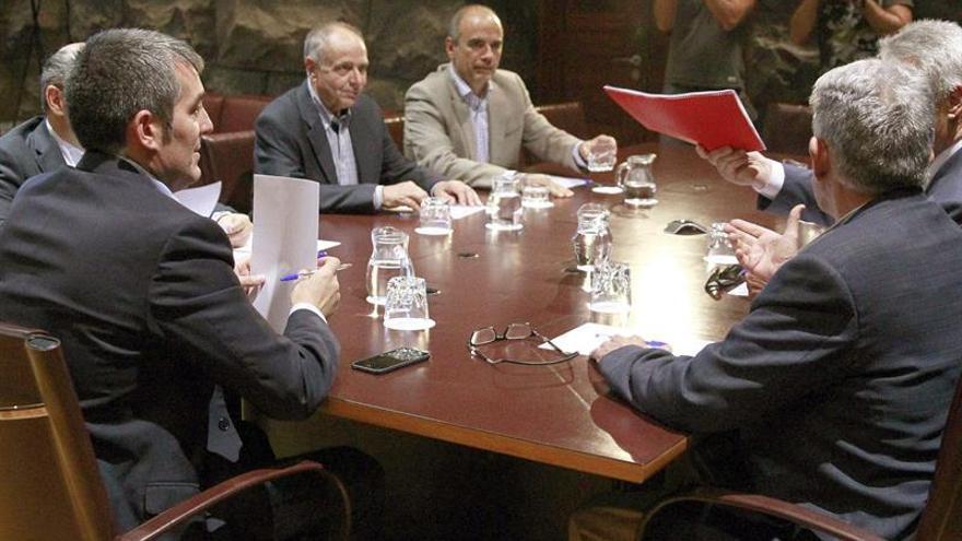 El presidente del Gobierno de Canarias, Fernando Clavijo (i), durante la reunión que ha mantenido hoy con los presidentes de las cámaras de comercio de las islas. EFE/Cristóbal García