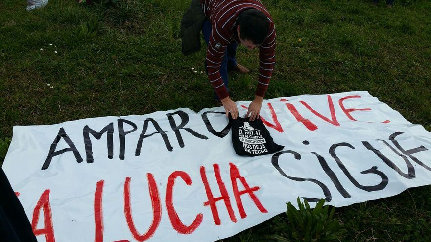 Pancarta en recuerdo de Amparo Pérez.