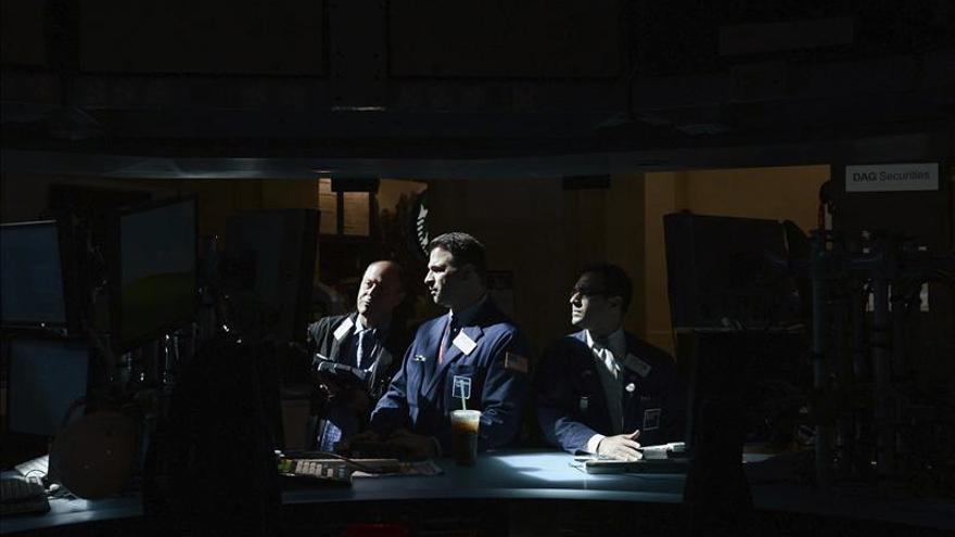 Wall Street reduce sus pérdidas a media sesión