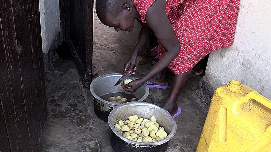Laetitia cuida de sus hijos y se las arregla para llevar a cabo tareas cotidianas como cocinar/Jon Cuesta