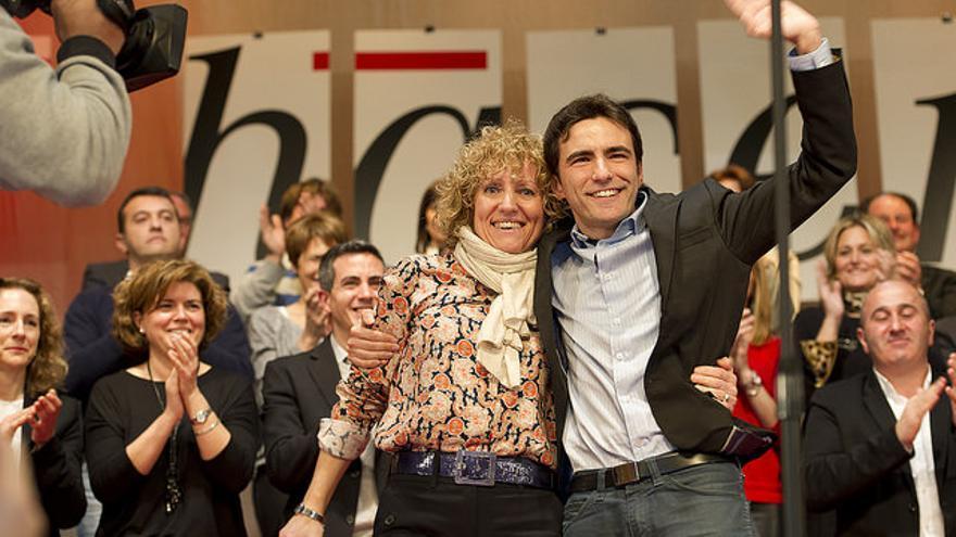 Pedro Casares abraza a Díaz Tezanos en la campaña electoral de 2015.