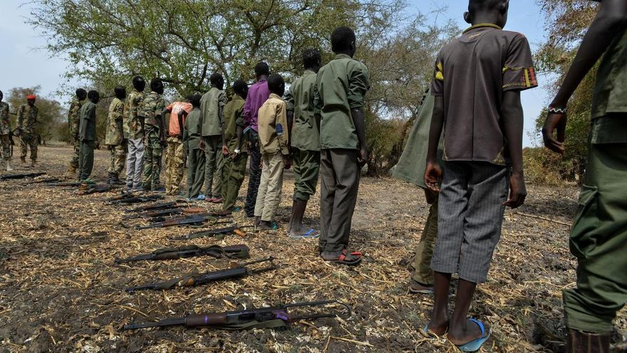 Imagen de archivo. El 10 de febrero de 2015, niñosentregan sus armas durante una ceremonia que formaliza su liberación del grupo armado de la facción Cobra del SSDA, en Pibor, en el Sudán del Sur.   © UNICEF/NYHQ2015-0201/