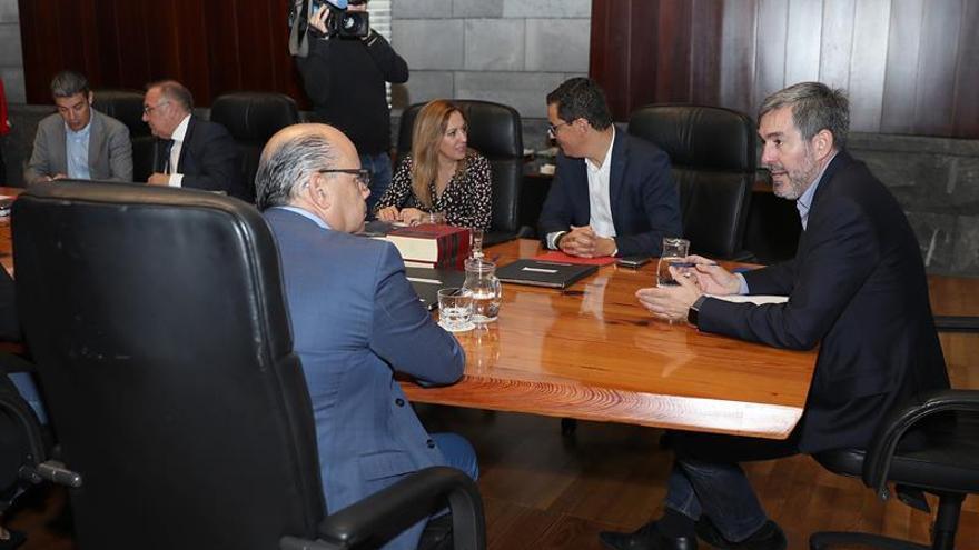 El presidente de Canarias, Fernando Clavijo, conversa con el consejero de Presidencia, Justicia e Igualdad del Gobierno de Canarias, José Miguel Barragán, antes de comenzar la reunión semanal del Consejo de Gobierno. (EFE/Cristóbal García)
