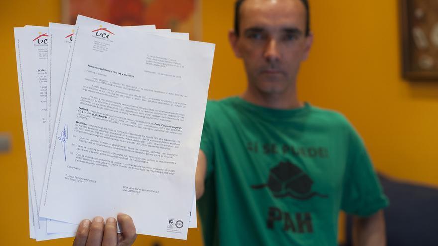 Jesús muestra la carta del banco en la que le reclaman 3.000 euros para concederle la dación en pago.   JAVO DÍAZ