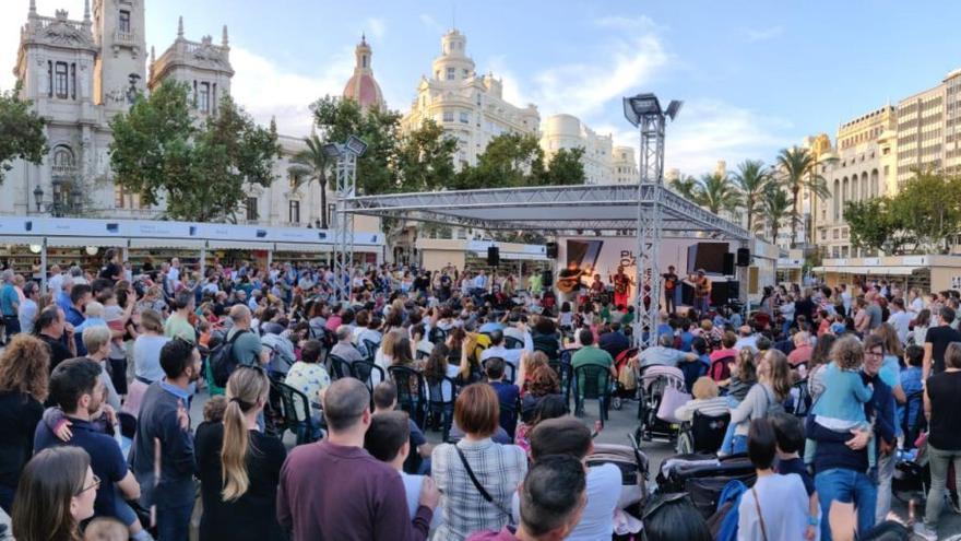 Participantes en las actividades de la Plaça del Llibre en Valencia.