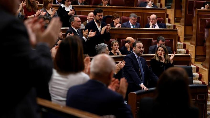 Los diputados del PSOE y Podemos, en pie aplaudiendo a Ábalos.