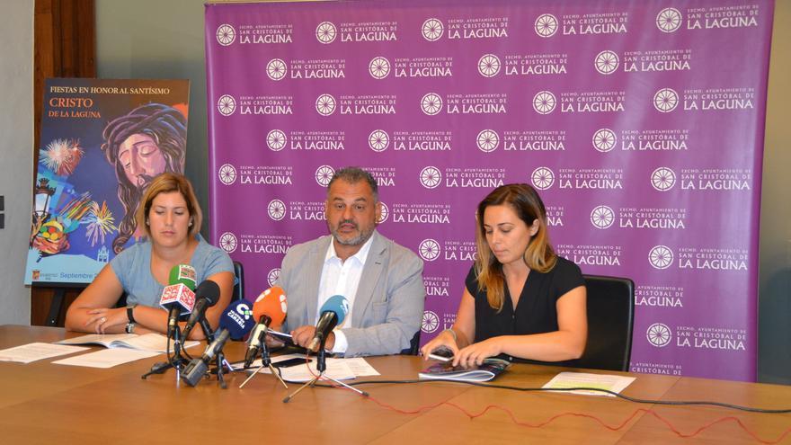 José Alberto Díaz, junto a dos concejales del grupo de gobierno, en la rueda de prensa de este lunes