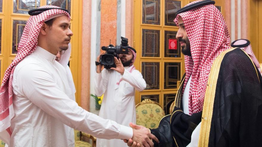 El príncipe de Arabia Saudí saluda al hijo de Jamal Khashoggi.