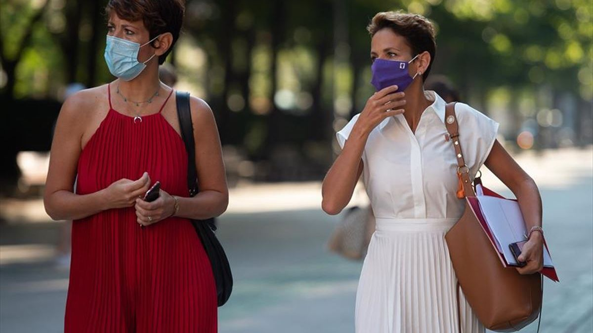 La consejera de Economía y Hacienda, Elma Saiz,y la presidenta de Navarra, María Chivite, en la entrada del Parlamento foral