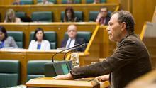 El parlamentario socialista Bixen Itxaso durante un pleno en el Parlamento vasco.