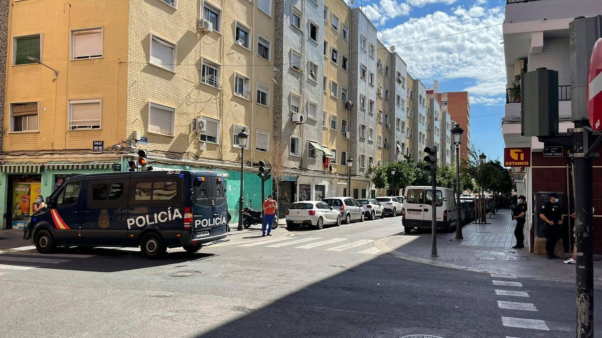 Operació policial en l'encreuament dels carrers de Sant Joan de la Penya i Pare Viñas, assenyalada per la plataforma com a zona zero dels conflictes.