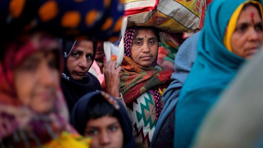 Cientos de miles de hindúes celebran festividad que marca el fin del invierno