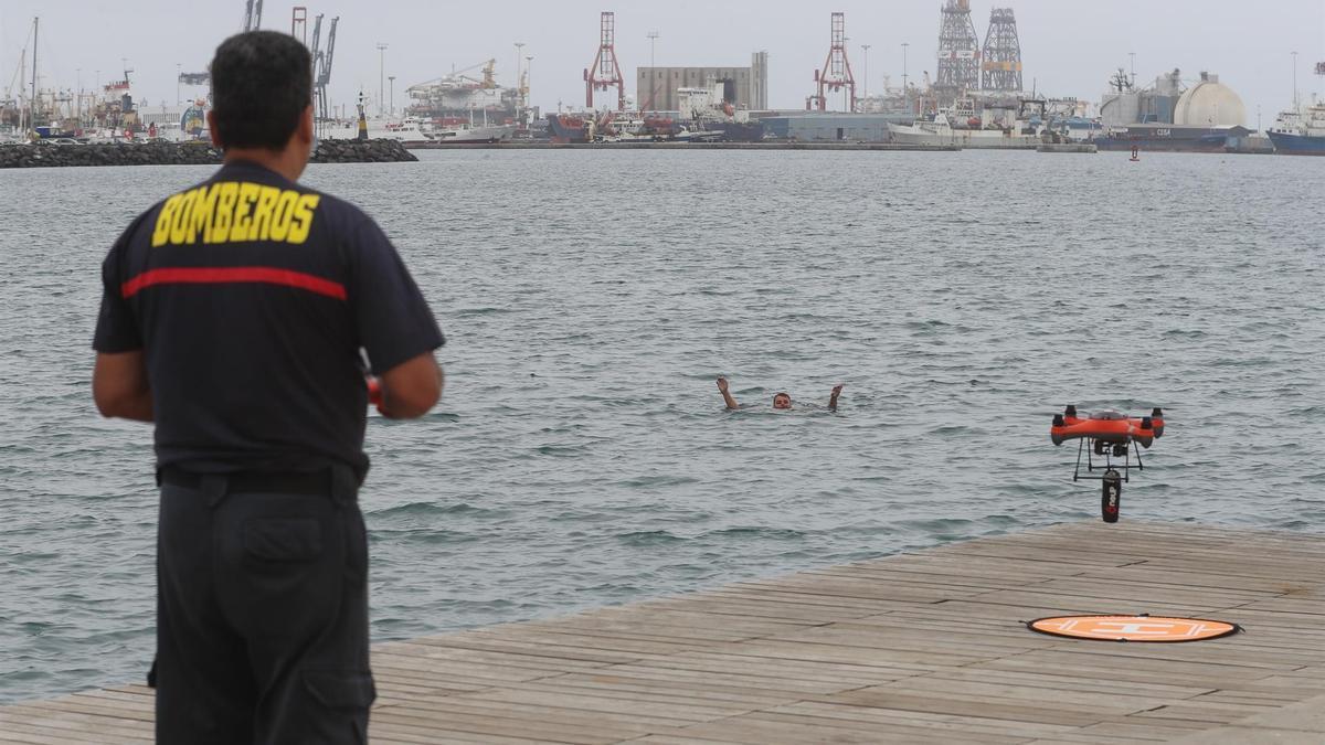 Simulacro de rescate de un bañista en el que participaron equipos de la Policía Local, Protección Civil, Bomberos de Las Palmas de Gran Canaria y Cruz Roja