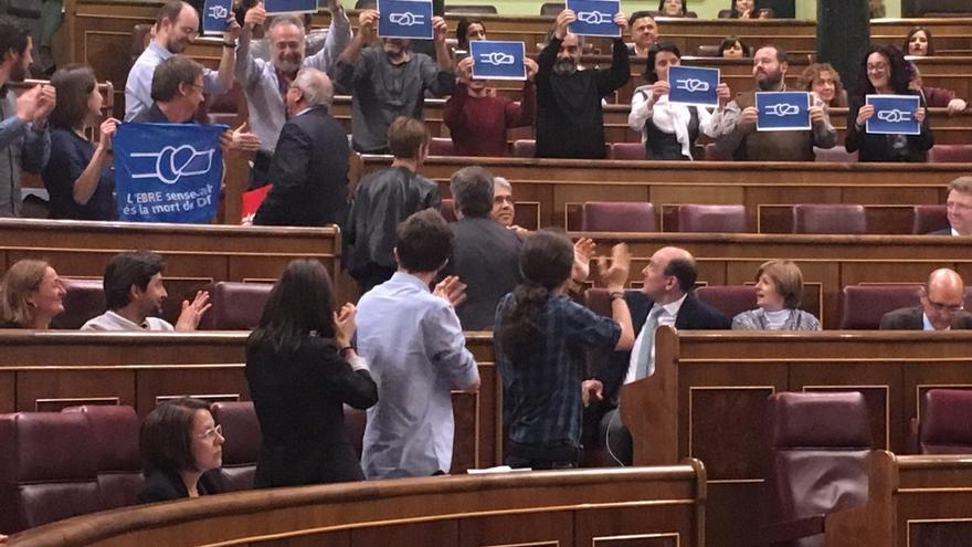Protesta de los diputados de En Comú Podem contra el Plan Hidrológico del Ebro.
