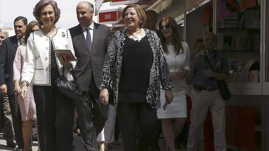 Doña Sofía inaugura la Feria del Libro, donde compra libros para sus nietos