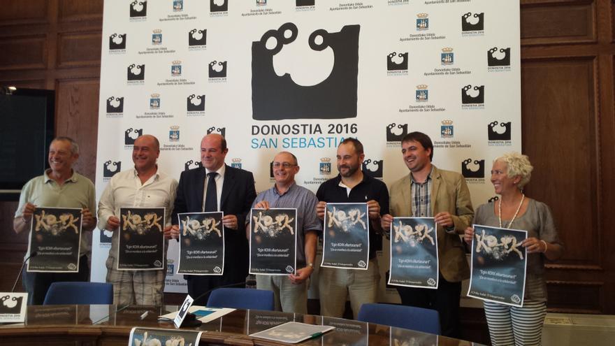 Los organizadores de 'Koxk: da un mordisco a la solidaridad' junto a las autoridades en la presentación del proyecto