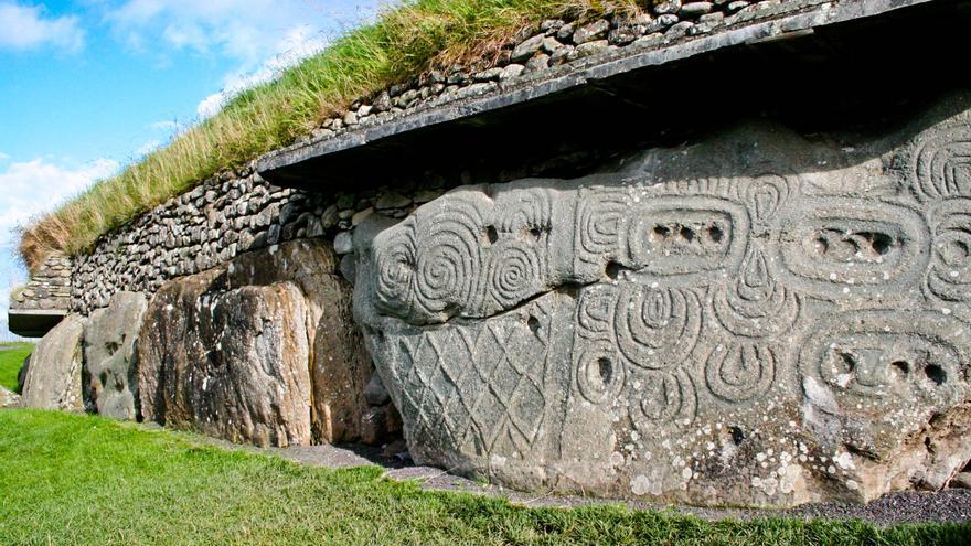 Una de las grandes piedras con grabados que forman el zócalo del túmulo de Newgrange, en Irlanda. VIAJAR AHORA