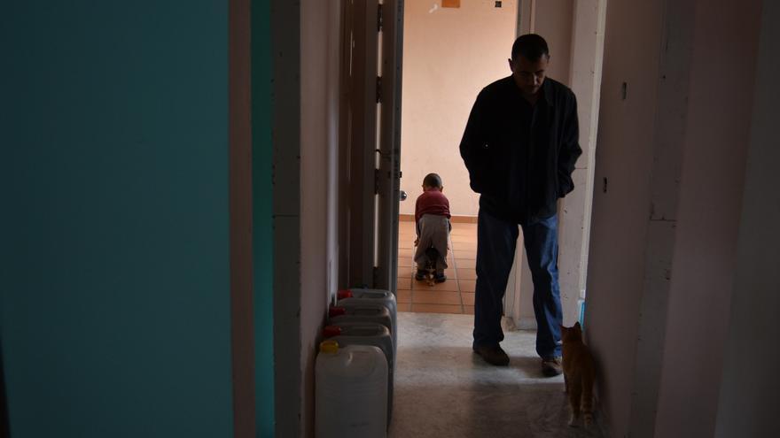 Un vecino, en el pasillo de una de las viviendas // Néstor Cenizo