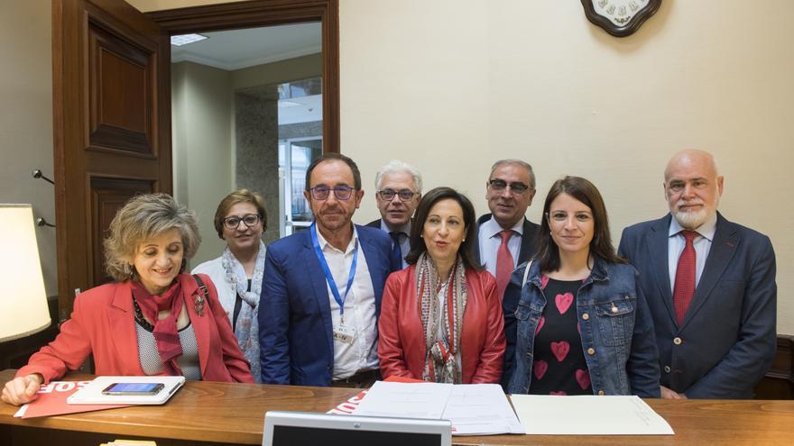 Dirigentes del PSOE registran la ley para regular la eutanasia.