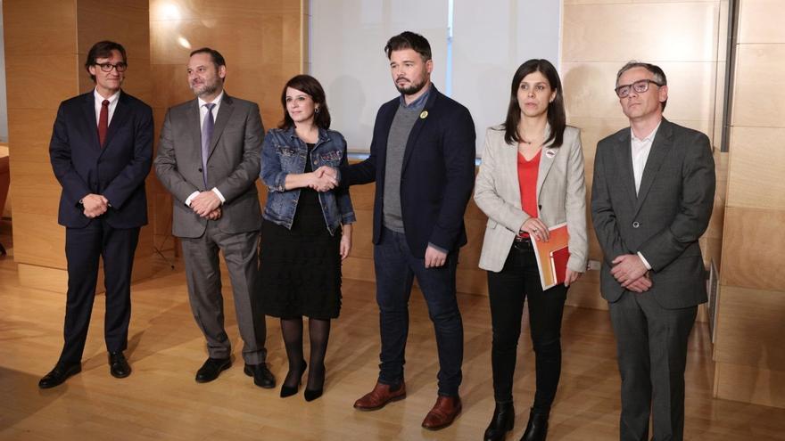 Los equipos negociadores de ERC y PSOE antes  de su primera reunión.