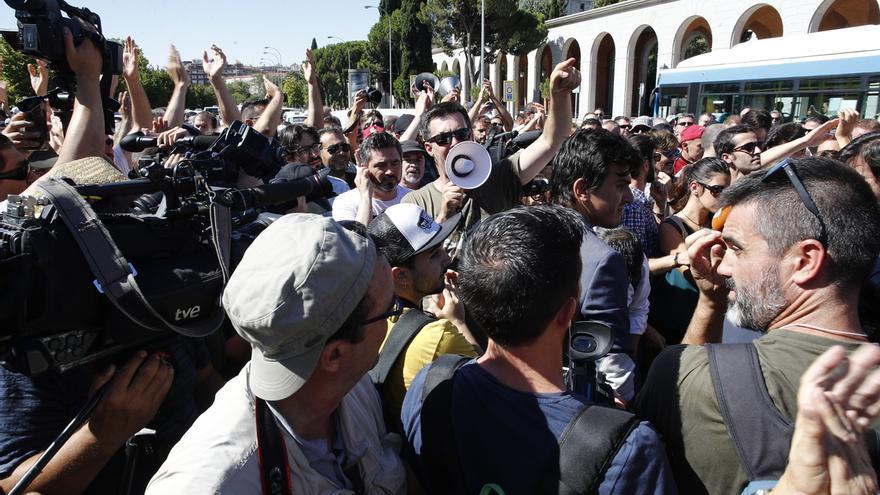 Taxistas de Madrid en huelga acuerdan continuar acampados en la Castellana un día más