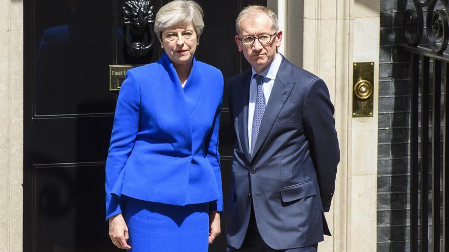 Theresa May y su marido Philip, ante el 10 de Downing Street tras la audiencia con la reina de Inglaterra el 9 de junio de 2017