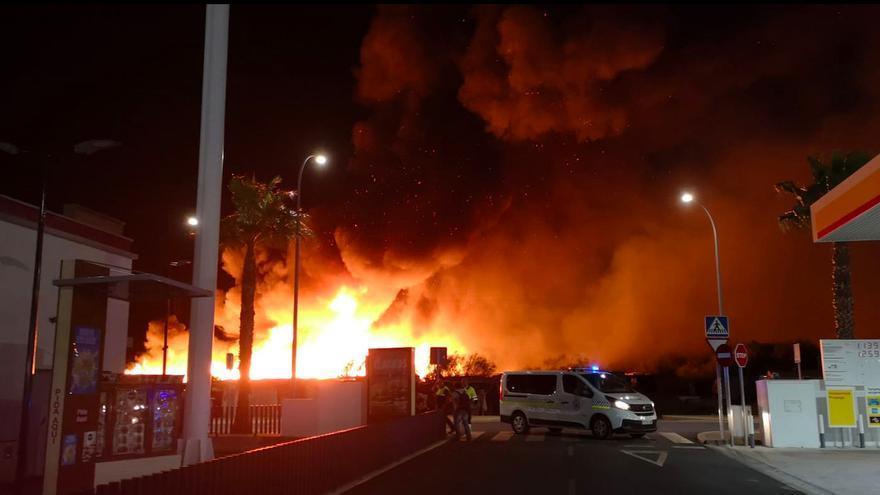 En torno a las once de la noche el incendio ya había arrasado todo a su paso.