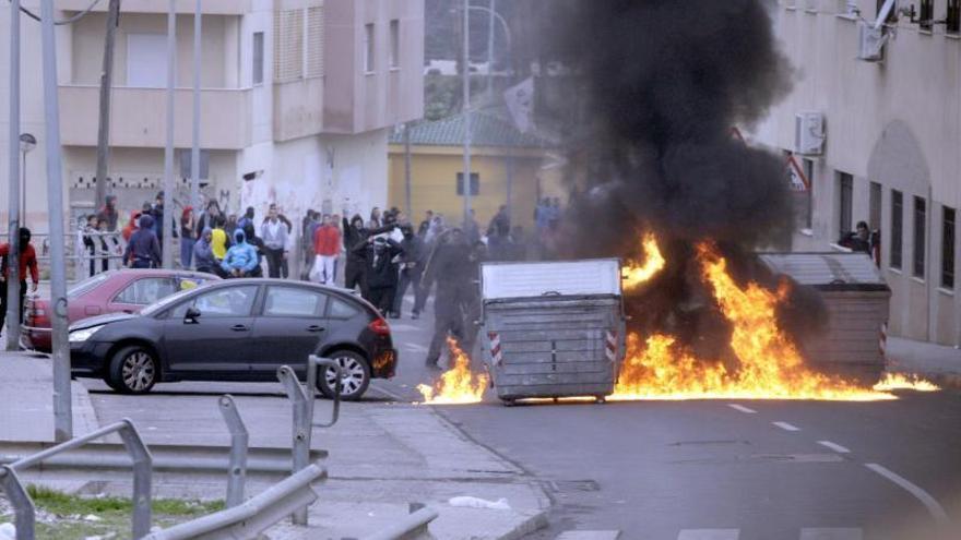 Disturbios en un barrio de Melilla con barricadas y quema de contenedores