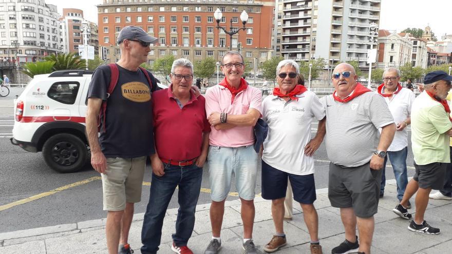 Roque y su cuadrilla durante la concentración frente al Ayuntamiento de Bilbao