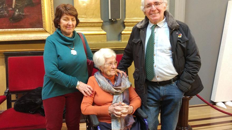 Luis y Silvia Moreno junto a su madre en el acto organizado en el Senado