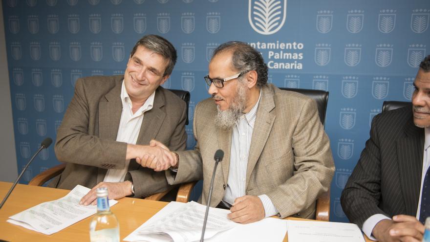 El teniente de alcalde Javier Doreste, tras la firma con el director del Centro Cultural Islámico de Madrid, Saud Abdullah A Alghudayyan, para ceder suelo en Las Torres para una mezquita (CEDIDA)