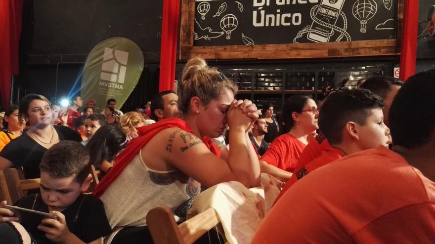 Momento de espera en el sorteo de licencia para constituir una cooperativa de vivienda en Montevideo, Uruguay