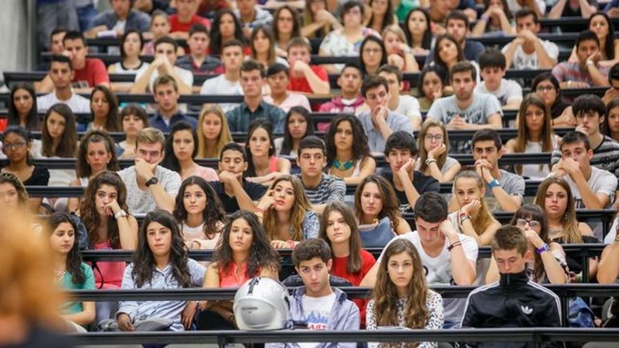 Imagen de archivo de un aula de jóvenes universitarios.