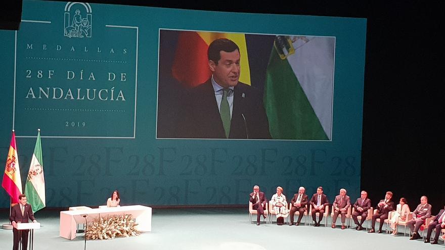 El presidente de la Junta, Juan Manuel Moreno Bonilla, ofrece su discurso en el 28F.