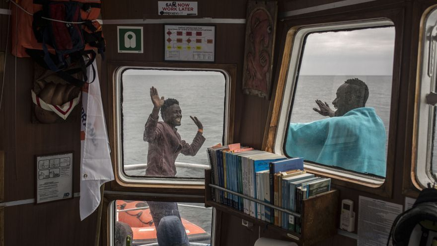 Algunos rescatados por Open Arms bailan en la ladera del barco