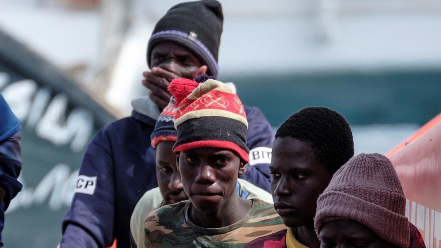 Salvamento Marítimo ha rescatado este domingo a 49 hombres de origen subsahariano, entre ellos varios menores, que navegaban a bordo de un cayuco que fue avistado por una embarcación de recreo al sur de Gran Canaria,