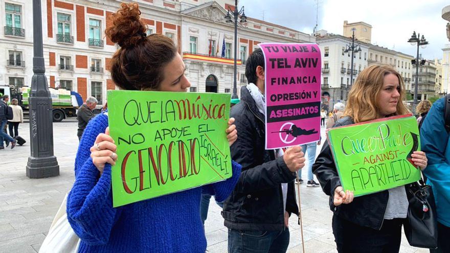 Algunas de las pancartas de protesta que han acompañado la charanga de 'La Venda' por Madrid