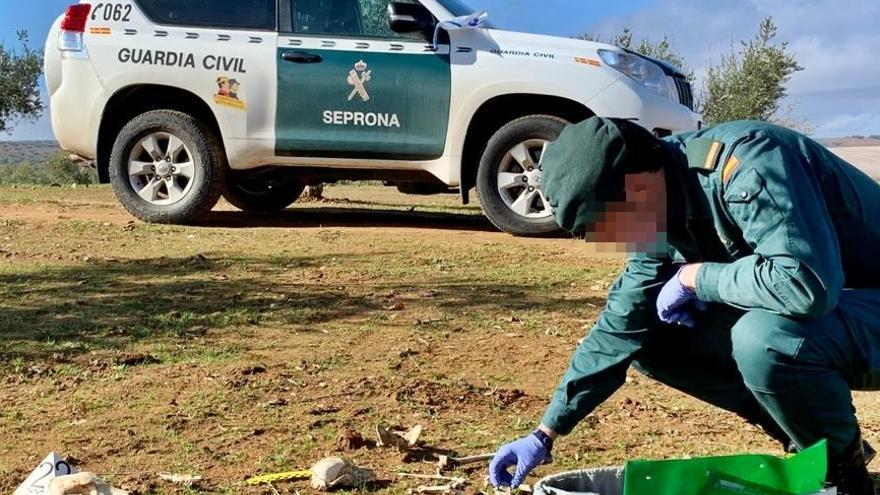 Guardia Civil investigando los restos