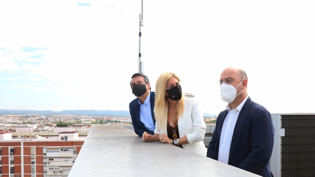 José María Bellido, Lourdes Morales y Luis Medina visitan el lugar donde se ha instalado una de las antenas