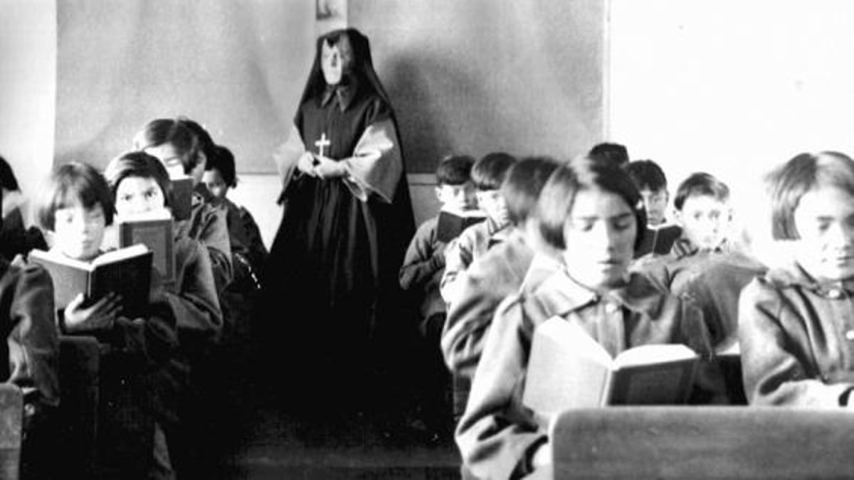 Una clase en St. Anne's Indian Residential School en Fort Albany, Ontario, en 1945